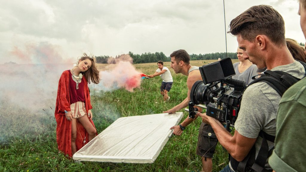 Саша Спилберг на съемках клипа