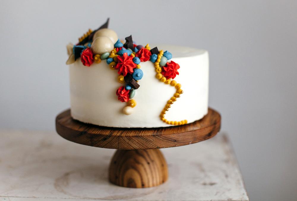 Торт на деревянной подставке