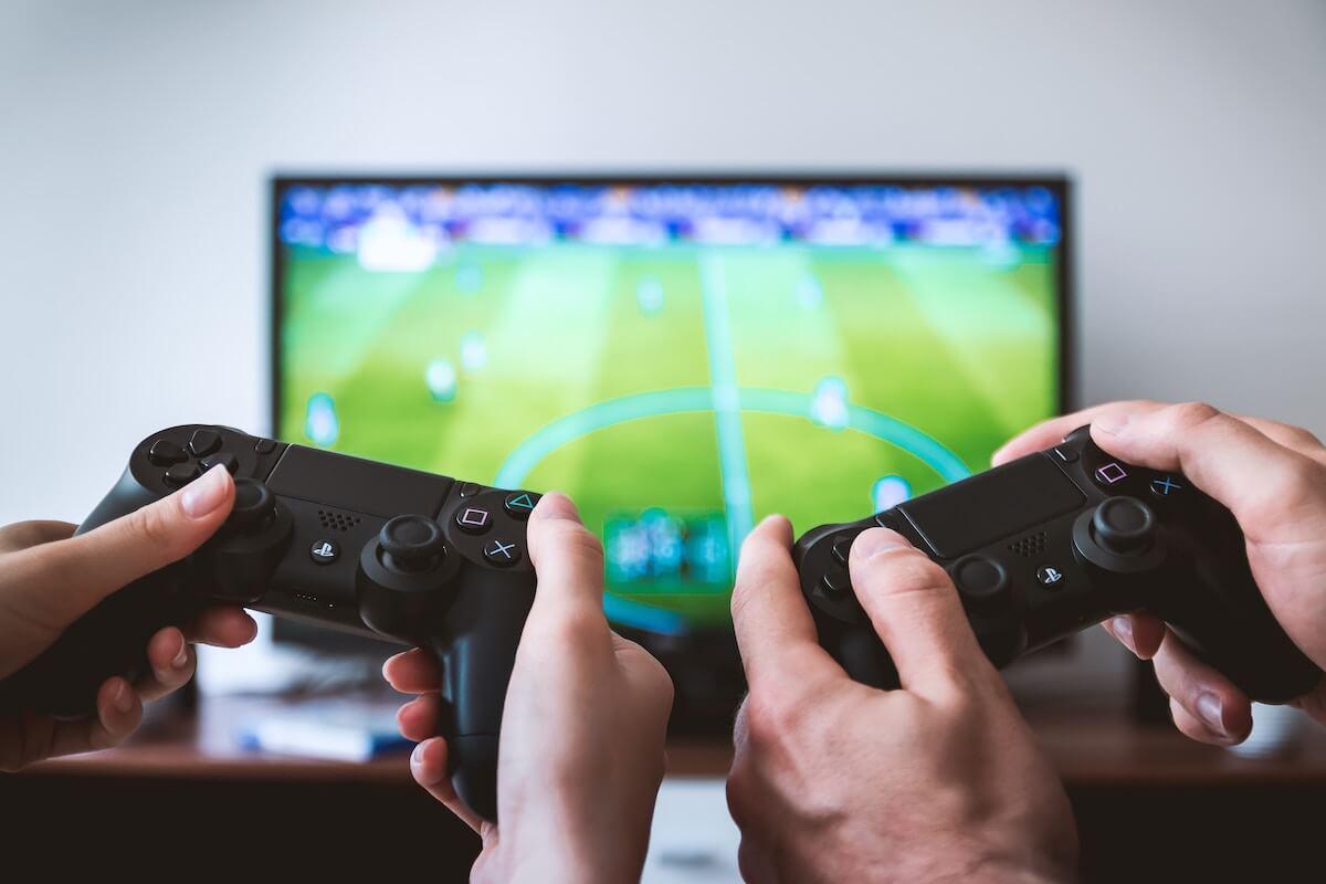 люди играют в видео игры